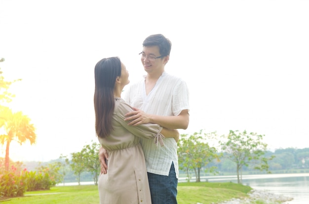 Casal romance apaixonado no parque ao ar livre.