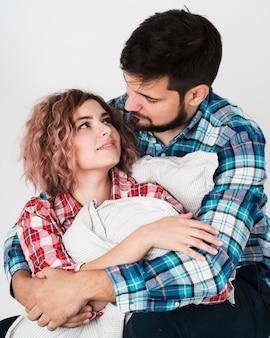 Casal romântico abraçado para dia dos namorados