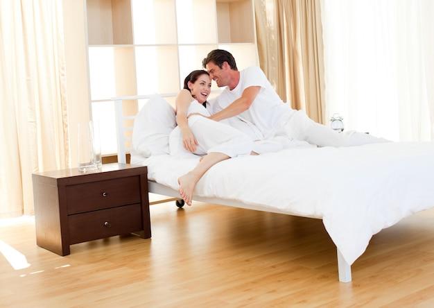 Casal romântico abraçando
