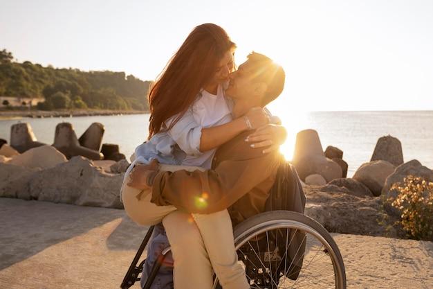 Casal romântico ao ar livre em plano médio