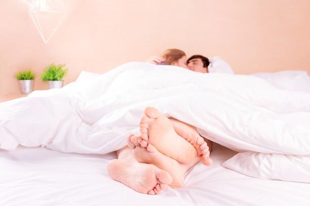 Casal romântico apaixonado na cama
