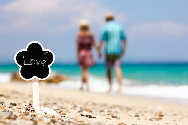 Casal romântico apaixonado na praia conceito de amor