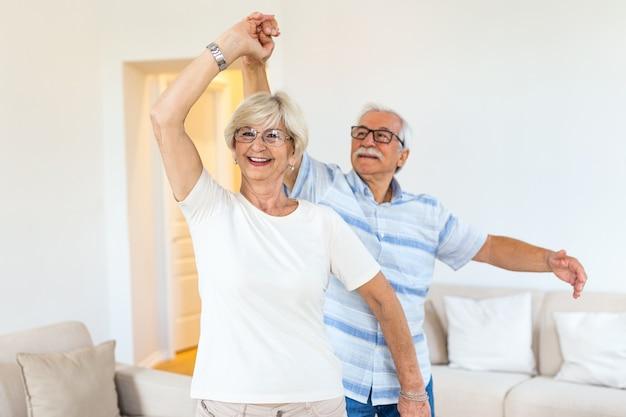 Casal romântico aposentado idoso ativo e alegre dançando