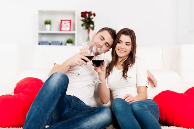 Casal romântico bebendo vinho em casa