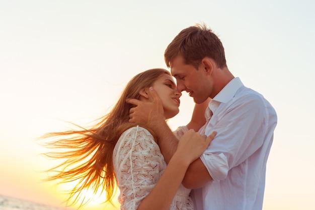 Casal romântico beijando na praia
