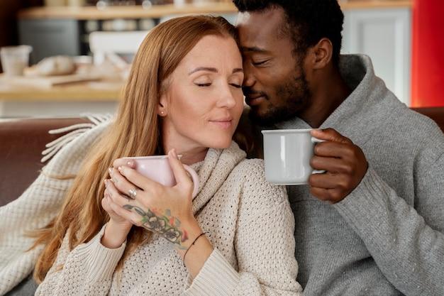 Casal romântico com xícaras