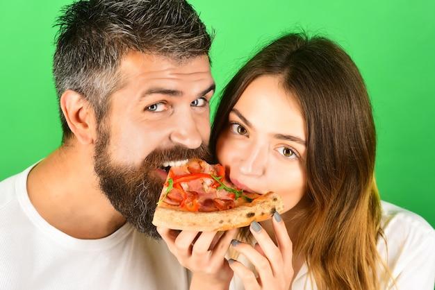 Casal romântico comendo pizza na hora da pizza juntos, amor, lazer, consumismo, comida, estilo de vida, conceito
