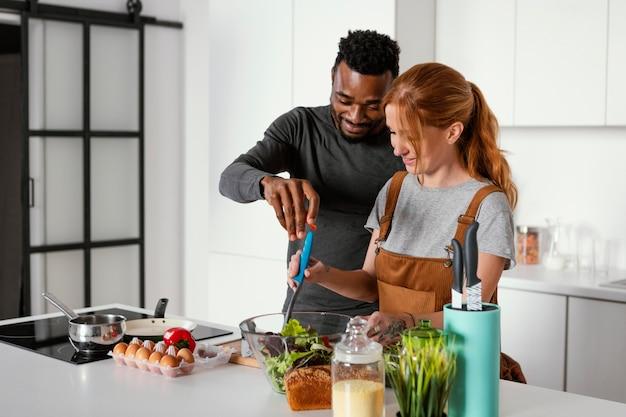 Casal romântico cozinhando juntos