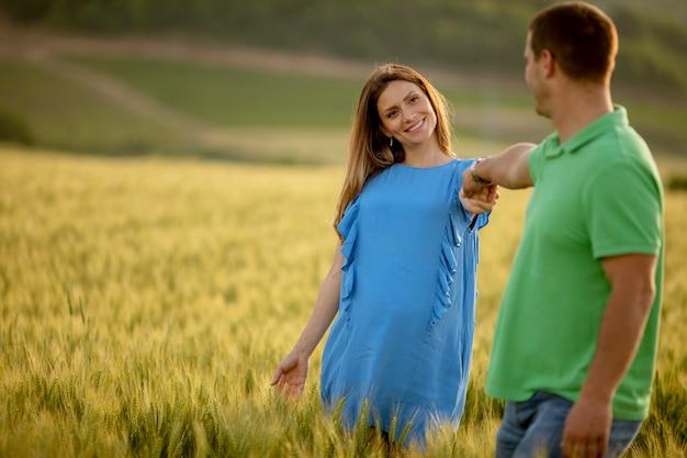 Casal romântico de mãos dadas em um campo de verão