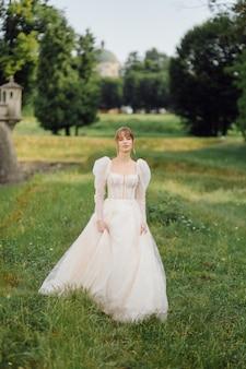 Casal romântico de noivos apaixonados