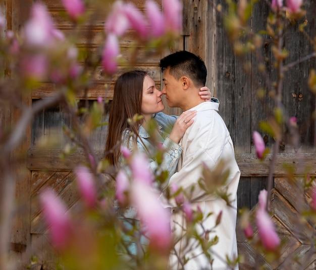 Casal romântico de tiro médio com flores