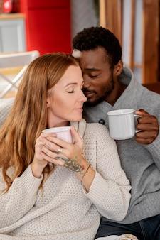 Casal romântico de tiro médio com xícaras