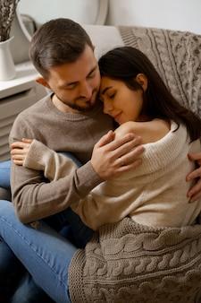 Casal romântico em casa. uma mulher jovem e atraente e um homem bonito estão gostando de passar o tempo