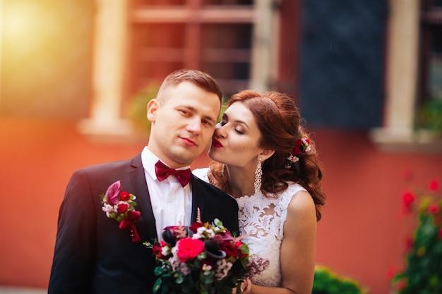 Casal romântico europeu feliz comemorando seu casamento