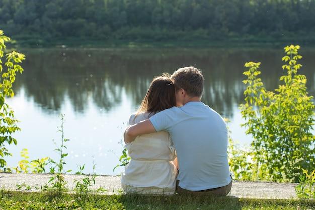 Casal romântico feliz apaixonado e se divertindo ao ar livre num dia de verão, beleza da natureza, harmonia