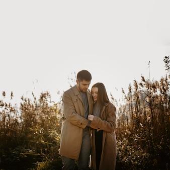 Casal romântico feliz de tiro médio