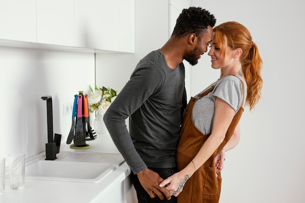 Casal romântico fofo de tiro médio