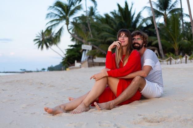 Casal romântico na praia ao pôr do sol