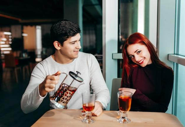 Casal romântico namorando em pub à noite