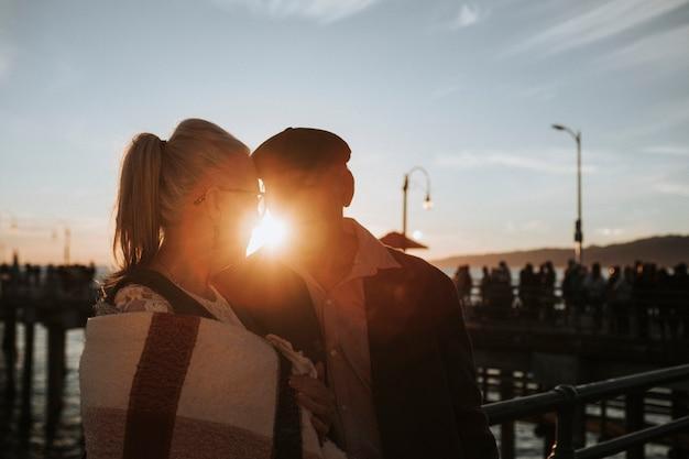 Casal romântico sênior perto do cais