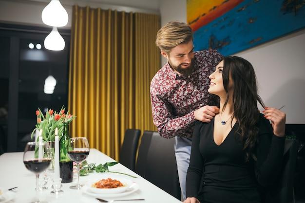 Casal romântico tendo data no restaurante