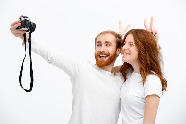 Casal ruivo tomando selfie
