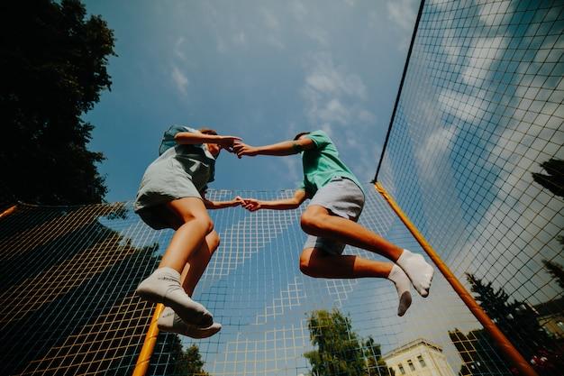 Casal saltando no trampolim