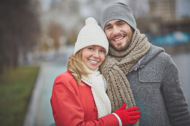Casal se abraçando e desfrutar seu tempo livre