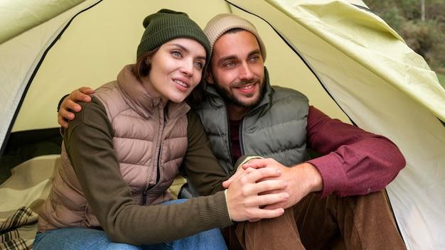 Casal se abraçando na tenda