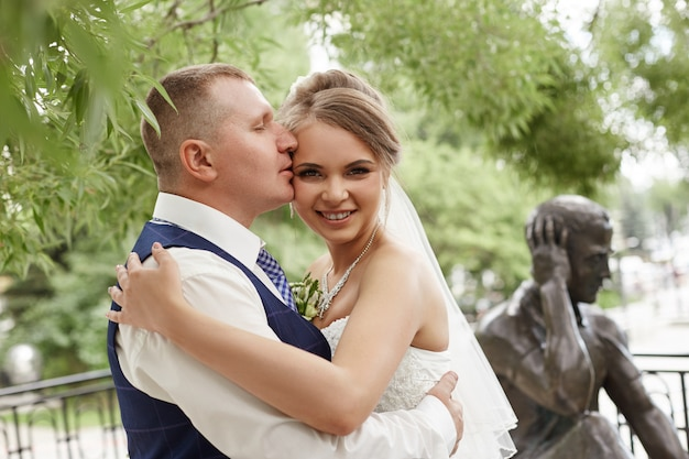 Casal se abraçar e beijar próximas casas perto da água