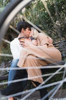 Casal se beijando através de raios de bicicleta