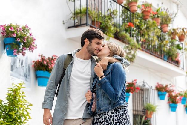Casal se beijando em tiro médio