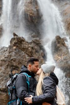 Casal se beijando na natureza
