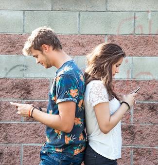 Casal se diverte com smartphone