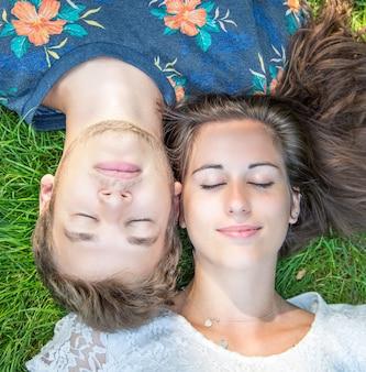 Casal se diverte no parque