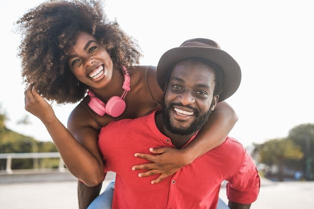 Casal se divertindo ao ar livre - concentre-se no homem certo