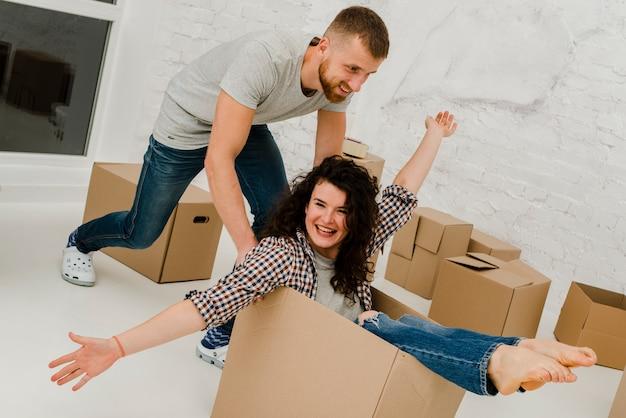 Casal se divertindo com a caixa