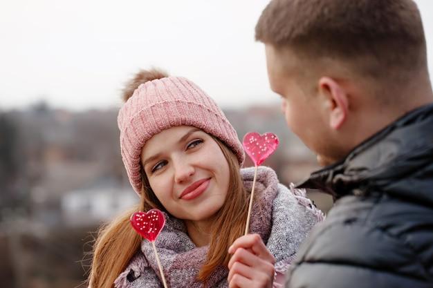 Casal se divertindo com doces