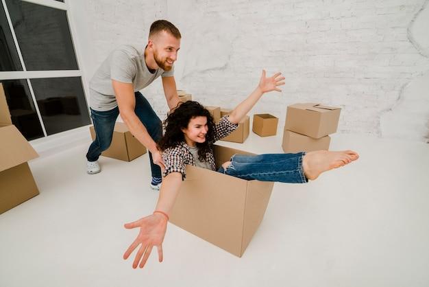 Casal se divertindo em apartamento novo