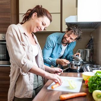 Casal se divertindo enquanto prepara o jantar