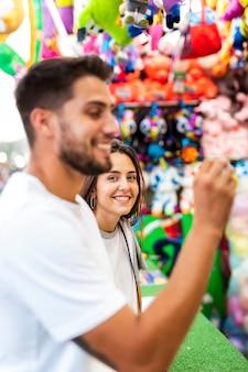 Casal se divertindo na feira