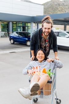 Casal se divertindo no estacionamento