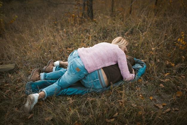 Casal se divertir enquanto estava deitado no saco de dormir