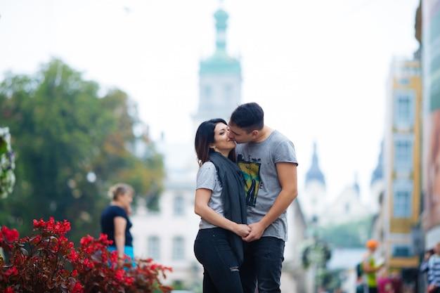 Casal se divertir na cidade. lviv