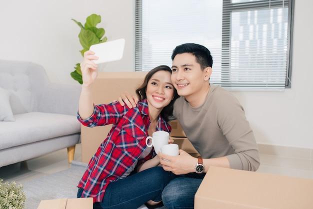 Casal se mudando para uma nova casa. casados felizes compram apartamento novo