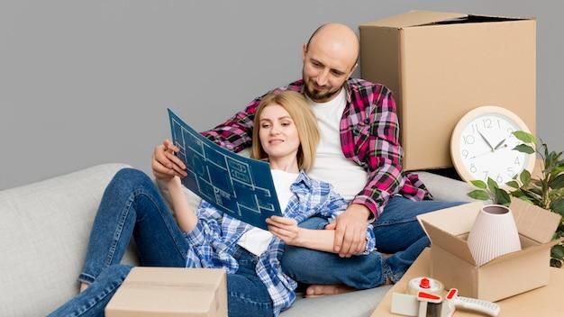 Casal se mudar para uma casa nova