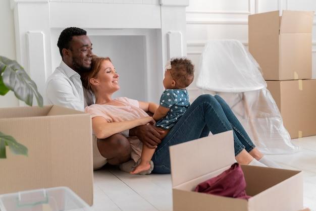 Casal se preparando para se mudar com a filha