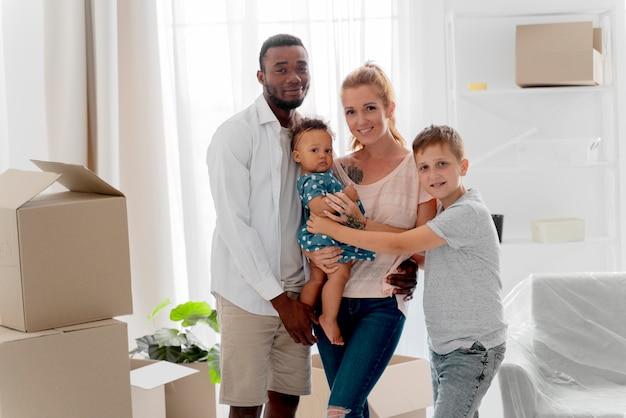 Casal se preparando para se mudar com seus filhos