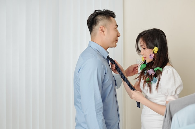 Casal se preparando