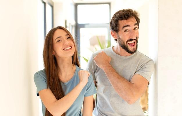 Casal se sentindo feliz, positivo e bem-sucedido, motivado para enfrentar um desafio ou comemorar bons resultados